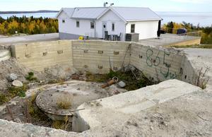 Spår efter kalla krigets dagar finns kvar.  Här stod en av kanonerna som skulle försvara hamninloppet.
