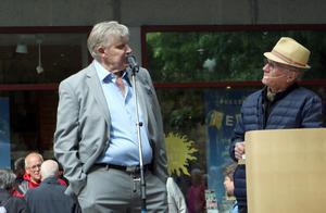 Kjell Larsson redogör för sitt händelserika liv. Numera kallar han sig för en fattigpensionär.
