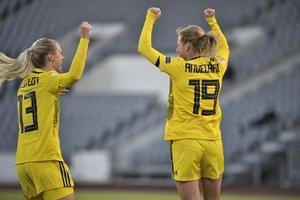 Magdalena Eriksson och Anna Anvegård firar ledningsmål under tisdagens EM-kvalmatch i fotboll mellan Island och Sverige. Foto: Janerik Henriksson/TT