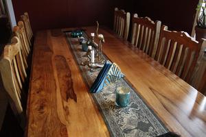Föremål från länder i öster pryder köksbordet.