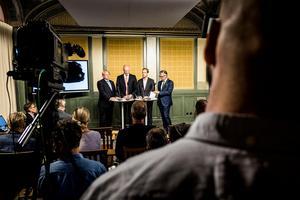 Försvarsuppgörelse mellan regeringen och delar av oppositionen. Peter Hultqvist, försvarsminister (S), Hans Wallmark (M), Daniel Bäckström (C) samt Anders Schröder (MP) har nu ett tungt ansvar.Foto: Magnus Hjalmarson Neideman / SvD / TT