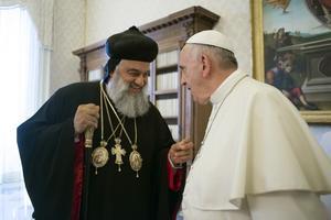 Den syrisk-ortodoxa Patriarken Ignatius Aphrem II av Antiokia, en av de stora kristna ledarna i världen, besöker Västerås den 30 september. Här träffar han påven Franciskus 2015. Foto: L'Osservatore Romano/Pool Photo/AP