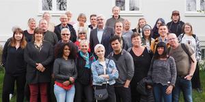 Hela gänget från Bäckedals folkhögskola som gjorde en studieresa till Island i slutet av april, med Håkan Juholt i mitten. Hälften av deltagarna gick någon av skolans långa kurser, hälften deltog i en kortkurs om Island där resan ingick.