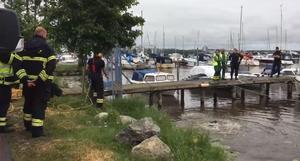Räddningstjänsten söker i vattnet med dykare i Lögarängen efter att det inkommit ett drunkningslarm.