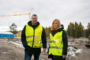 Magnus Holmvall och Lotta Wiksten vid platsen där Sundsvalls nya förskola beräknas stå klar om ett drygt år.