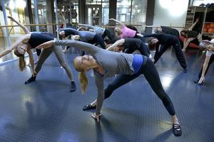 Många av dagens träningsformer är inriktade på prestation och synkrona rörelser. Studier har visat att för många, speciellt kvinnor som redan brottas med skev kroppsuppfattning, kan de förstärka självobjektifieringen. Bilden från ett träningspass vid Stockholm pilatescenter. Arkivfoto: Janerik Henriksson/TT