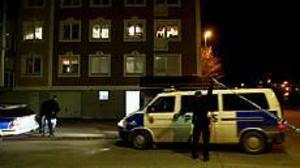 Foto: GUN WIGH Väntan. Polismännen höll kontakt hade radiosamband medan man väntade på att insatsstyrkan gick i ställning.