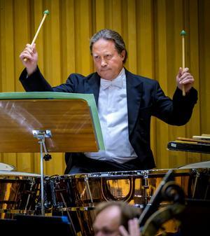 Sinfoniettans Urban Grip presenterade gigantiska slag i ett verk där pukorna har en huvudroll.Foto: Lennart Hyse
