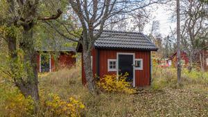 På tomten finns två gästhus som i nuläget används som förråd. Foto:  Ulf Gustavsson / Kjell Johanssons fastighetsbyrå
