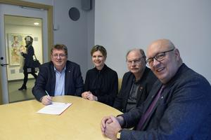 Jan Bohman, Sofia Jarl, Kenneth Persson och Ulf Berg har undertecknat en avsiktsförklaring om en familjecentral med placering i Borlänge.