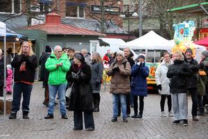 Publik framför torgscenen i Kumla.