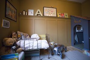 Sängen är från 1800-talet. Alla möbler i familjen Kårebrands hem är köpta på loppis eller egentillverkade.