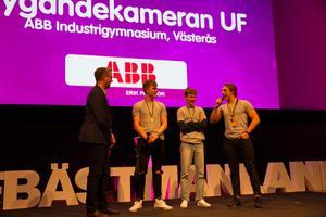 Ett gäng som lyfter. Flygandekameran från ABB Industrigymnasium kör drönare som de fotograferar hus med. Strålande affärsidé som bland andra mäklare gillar. Nu lyfter gänget mot SM i Ung företagsamhet  i Stockholm i maj. Vinnarna i de olika kategorierna får tävla även där. I Flygandekameran ingår bland andra Axel Svensson och Tim Fors Elington. Konferencier vid galan var Mats Hedman.