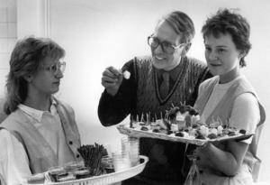 1986 fick den livsmedelstekniska linjen en egen restaurang – Stig Inn. På invigningen bjöd Anna-Karin Berg och Therese Westin läraren Bertil Nilsson på drink med tilltugg.