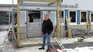 Åke Norin vid den nya entrén som är under konstruktion.