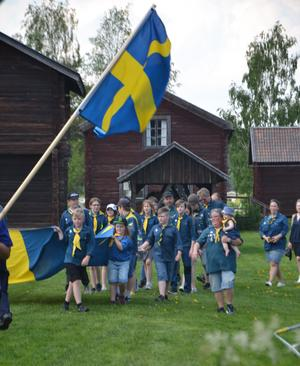 Scouterna tågade in med flaggan och hissade den och så kunde Nationaldagsfirandet börja. Läsarbild: Ulrike Schedl Persson.