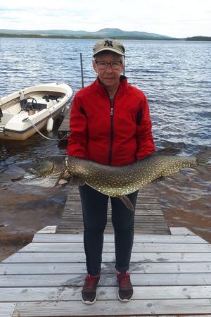 Kristina Persson med en fin gädda på dryga tio kilo.