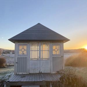 När man ska gå till bilen och åka till jobbet och ljuset från soluppgången träffar lusthuset så här. Då stannar man och plockar upp mobilen.