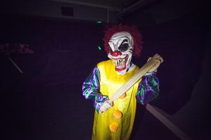 På slutet av vandringen dök plötsligt flera läskiga clowner upp.
