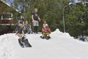 Charlie Steffansson från Göteborg svalkar sig pulkåkning på snön som  blev kvar efter Idresprinten, som en udda sommaraktivitet i snösäkra Idre.