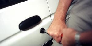 Någon har försökt bryta sig in i en bil i ett parkeringsgarage i centrala Köping.