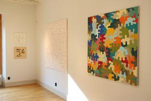 Ulf har valt att måla både färgstarkt och i lågmälda former.