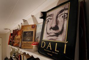 Inspirationerna är många. Men de främsta är Salvador Dalí, MC Escher, Simon Stålenhag och även John Bauer.