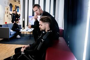 Bohlin i diskussion med Oscar Jansson efter måndagens träning.