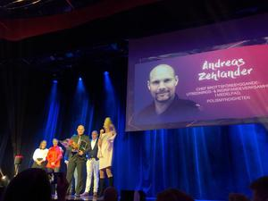 Andreas Zehlander tar emot priset som årets kommunikatör inom offentlig sektor på Publikom i Stockholm.
