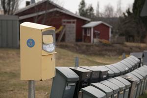 Möjligheterna att posta brev för boende utanför centrum måste förbättras.