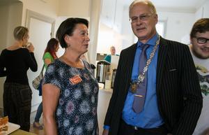 Susanne Norberg (S) och Göran Forsén  (M) sitter båda i styrelsen för Fontänhuset. De är överens om att Falu kommun ska satsa på huset och föreningen mot psykisk ohälsa.