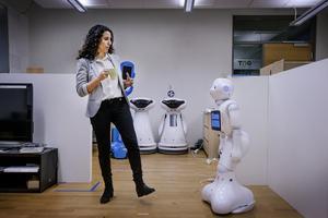 Amy Loutfi i ett av de tre robotlaboratorierna som finns på universitetet. Det här är uppbyggt för att likna en bostad där robotar kan röra sig bland människor. Man gör inledande test i de egna lokalerna på universitetet innan man använder robotarna i försökslokalerna vid vårdcentralen Ängen.