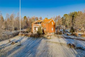 På andra plats på Klicktoppen vecka 9 hittar vi denna gård i Kolviken, Smedjebackens kommun. Foto: Fastighetsbyrån/Carina Heed