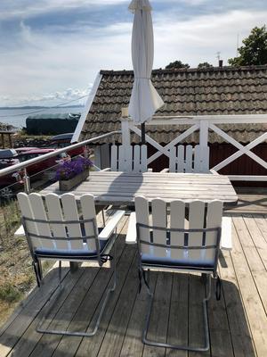 Matplats på det upphöjda trädäcket med utsikt mot havet. Foto: Lena Osseen-Nordberg