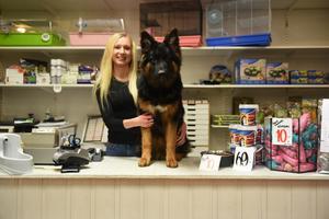 Förutom att hon driver eget företag jobbar hon också heltid på Zoologiska i Örnsköldsvik.