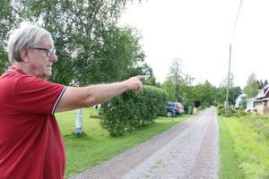 - Där borta är boulebanan, den rensar vi upp tillsammans under vårens arbetsdag, pekar Björn Gunnarsson ut under promenaden längs den pittoreska