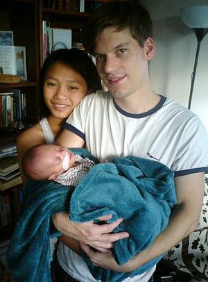 Johan och Hellen Bengter fick åka hem med Knut samma månad som han var tänkt och bli född.Foto: Johan Bengter