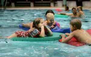 Barn ska bada ihop. På bilden barn i Farsta, Stockholm, 2006.