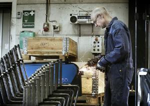 Stommen i grythyttemöblerna är fjäderstål från Tyskland. Här arbetar Magnus Nilsson med att böja, svetsa och slipa.