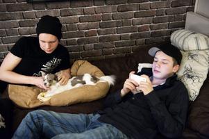 Storebror Simon gosar med hunden, Benjamin kollar facebook på nallen. Båda tycker det är okej att föräldrarna har viss koll på dem, som kompisar på facebook.