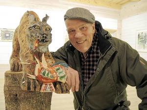 Tomas Holst är inte enbart en målare. Att snida i trä är inget han drar sig för och den egenskulpterade lokatten visar att talang finns även inom den konstnärliga genren.
