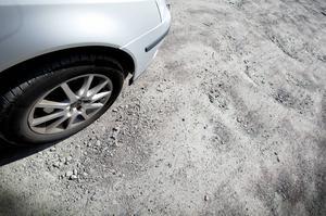 På parkeringen mellan Gavlerinken och tennishallen finns det gott om djupa gropar, så kallade potthål.
