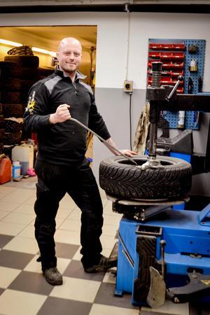 Däcksservice och förvaring av däck är viktiga beståndsdelar för XL Garage. Mattias vet vad det innebär att driva bilverkstad utanför tätorten.
