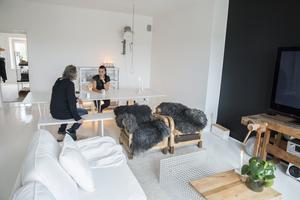 Stor är Stoors lägenhet och ljus efter alla burkar kritvit färg som Maliin förvandlat den med.