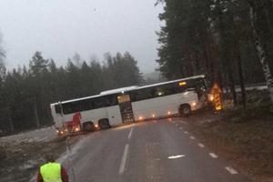 Bussen blockerar just nu hela vägen. Foto: Niklas T Johansson