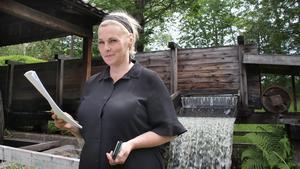 Det har varit en intensiv tid för regissören och manusförfattaren Helena Brusell. Hon har skrivit ett helt nytt manus till sagovandringen i Löa Hytta.