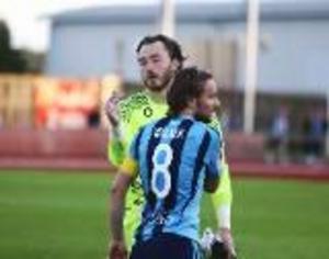 Tack för god match, sade Djurgårdens Kevin Walker till ÖFK:s och Ytterhogdals målvakt Charlie Bryan, som storspelade när han fick chansen mot Djurgården. 2016-06-28