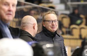 Coachen Pär Mårts hade kul i VIK Legends bås.