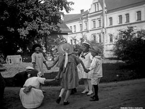 Lek på bryggargården, Fabriksgatan 6, år 1919. Det hela bör ha utspelat sig ungefär där Örebro konserthus ligger sedan början av 1930-talet. Foto: Örebro stadsarkiv/Waldemar Tegnér