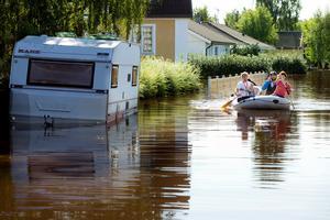 För 6 år sedan var det den stora översvämningen i Hallsberg. På längs Tingsgatan gick det bäst att ta sig fram i båt.